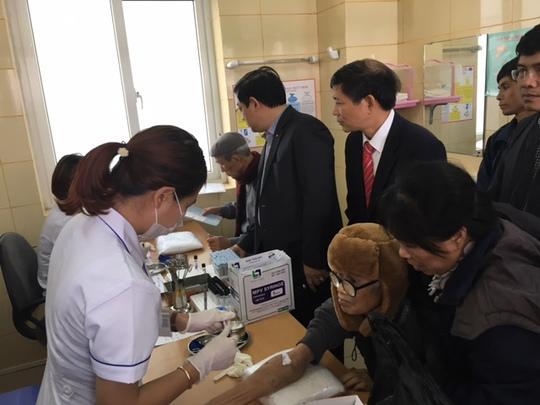 Lãnh đạo Bộ Y tế kiểm tra số thứ tự xét nghiệm tại BV K sau khi có thông tin người quen nhân viên BV chen ngang