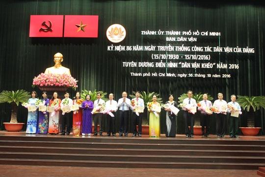 Cán bộ dân vận nhận kỷ niệm chương vì sự nghiệp dân vận. Ảnh: Bảo Ngọc