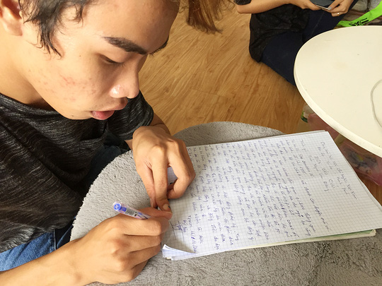 Tùng Sơn đang viết đơn trình báo công an