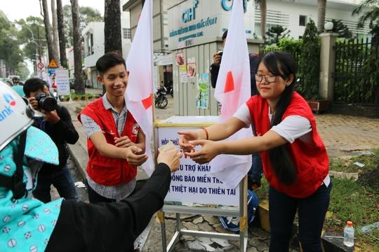 Các thùng quyên góp của Hội Chữ Thập đỏ TP HCM liên tục tiếp nhận tiền, quà từ nhiều người dân sinh sống và làm việc tại TP HCM