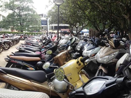 Nhiều người dân lo sợ nếu BV Bạch Mai không trông giữ xe nữa họ sẽ bị chặt chém khi gửi ở bên ngoài
