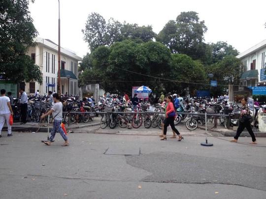 Bãi trông giữ xe ở trong BV Bạch Mai với sức chức lên tới hàng ngàn chiếc xe máy, xe đạp