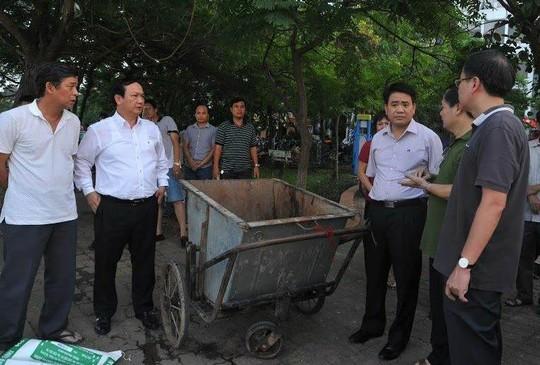 Chủ tịch UBND TP Hà Nội Nguyễn Đức Chung thị sát hiện trường và nghe cáo cáo về tình trạng cá hồ Tây chết hàng loạt