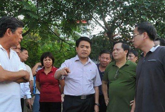 Chủ tịch UBND TP Hà Nội chỉ đạo huy động lực lượng thuộc Bộ Tư Lệnh Thủ đô, Công an Thành phố, Sở cảnh sát PCCC và cứu hộ cứu nạn cùng nhiều đơn vị chức năng tập trung lực lượng, phương tiện để rà, vớt cá chết, đưa đi xử lý