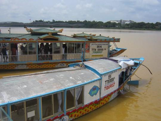 Nhiều ngày nay dù thời tiết mưa ít nhưng dòng sông Hương vẫn đỏ quạch