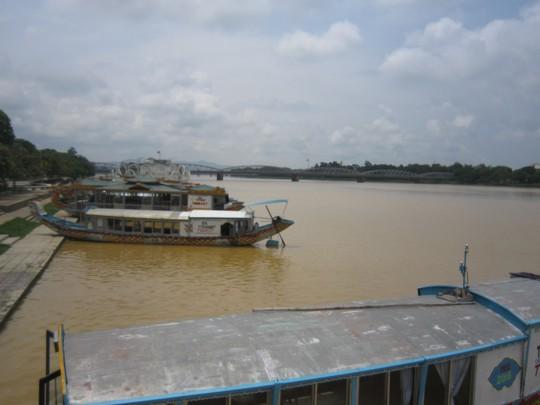 Nước sông Hương đang đục nặng từ nhiều ngày nay