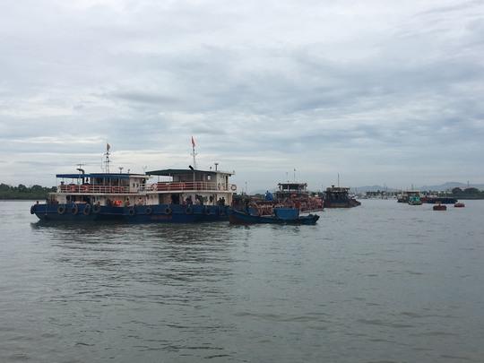 Các sà lan neo đậu tại cảng Hà Lộc để phục vụ công tác điều tra