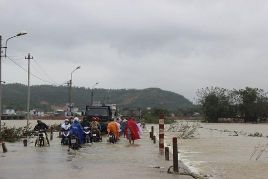 Nước lũ lại lên, gây chia cắt nhiều tuyến đường ở huyện Tuy Phước