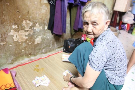 Nhiều người già bán vé số dạo khác cũng đang lo lắng việc mình có thể bị lừa gạt.