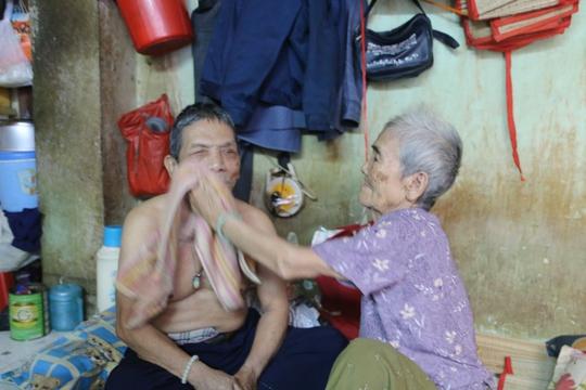 Ông Nguyễn Phải (72 tuổi, bị mù) nhưng vẫn bị một số đối tượng thôi miên lấy hết tiền.