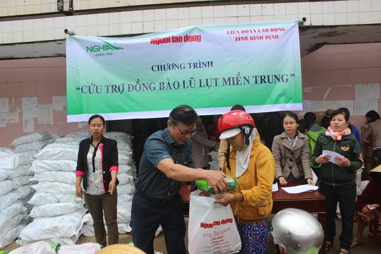 Ông Nguyễn Văn Tín, Phó Tổng Biên tập Báo Người Lao Động, trao quà cho người dân vùng lũ Tuy Phước