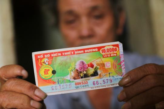 Ông Hà An (64 tuổi, quê Phú Yên) hiện trọ tại đại lý vé số nằm hẻm 20 Nguyễn Văn Cừ (quận 1) liên tục bị các thanh niên lấy vé số giả lừa gạt trúng thưởng.