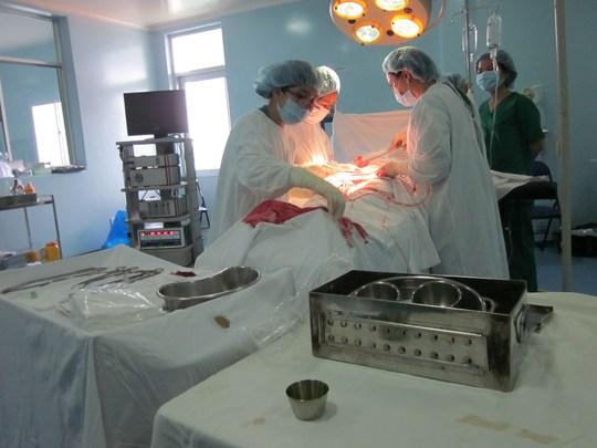 Các bác sĩ đang phẫu thuật cứu thai phụ