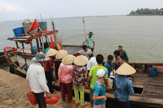 Các tàu cá cứu nạn cập cảng Cửa Tùng an toàn