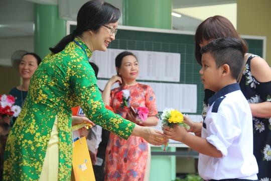 Học sinh TP HCM tựu trường vào ngày 20-8 - Ảnh 1.