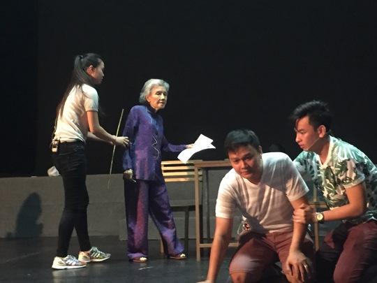 NSƯT Út Bạch Lan trên sàn tập ngày 24-10, suất tập cuối cùng của bà ở rạp Công Nhân cùng các diễn viên: Trúc Đào, Quách Cung Phong, Huỳnh Quý (vở Mẹ ngồi sàng gạo)