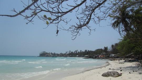 Hòn Dầu nổi tiếng với bãi tắm yên ả, cát trắng, cùng hàng cây dầu cổ thụ bên trong đảo