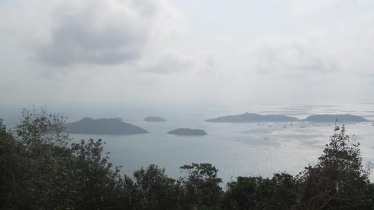Nhìn trên hải đăng Nam Du xuống các đảo