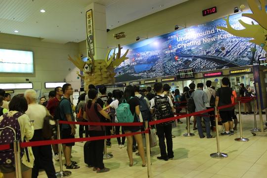 Xếp hàng mua vé trốn Meranti ở ga Cao Hùng