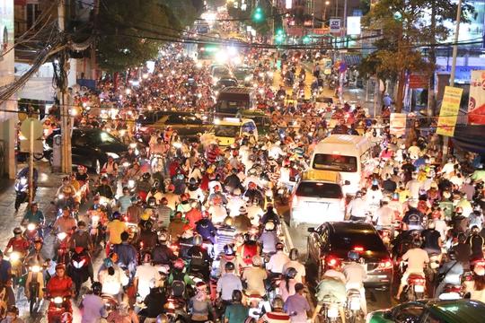 Hình ảnh kẹt xe nghiêm trọng tại giao lộ Trần Thị Nghĩ - Phan Văn Trị (quận Gò Vấp, TP HCM). Nguyên nhân do nhiều người lấn làn, giành nhau để lưu thông.