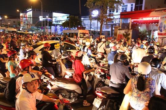 Tại giao lộ Trần Thị Nghĩ - Phan Văn Trị (quận Gò Vấp, TP HCM) không ai nhường ai. Nhiều người còn chửi tục vì bị các phương tiện khác cúp đầu
