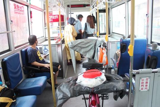 Và chúng tôi lên chiếc xe buýt của bác tài dễ chịu