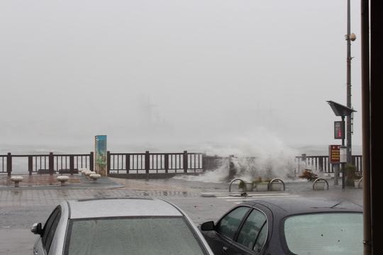 ...sóng đánh tơi bời ven biển Cijin