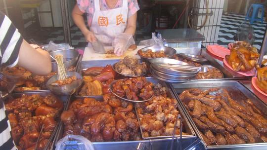 Các thức ăn nấu sẵn khá đông người mua
