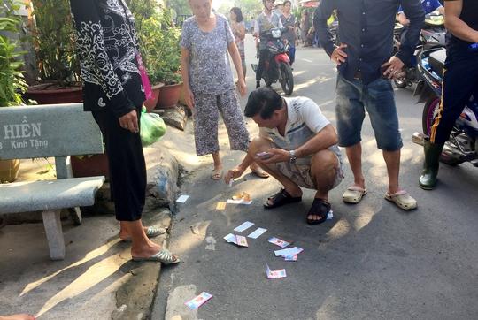 Người dân thu gom những tờ vé số hết hạn do Tín đem đi lừa bán cho người già
