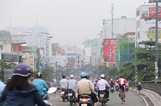 Không khí mát mẻ, thời tiết dễ chịu khiến nhiều người lưu thông trên đường rất trật tự.