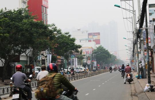 Đường phố vắng lặng, nhiều người mặc áo ấm ra đường.