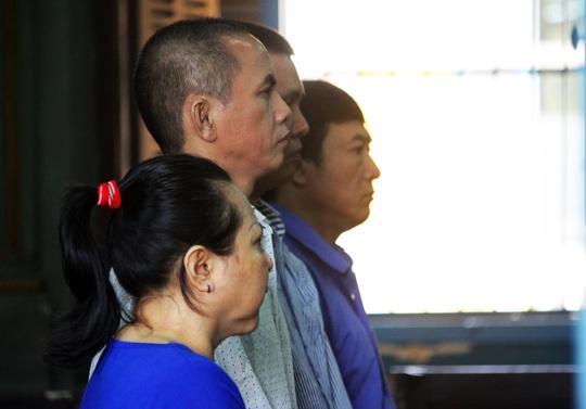 Bị cáo Lê Thị Ngọc Tuyền cùng các đồng phạm tại phiên tòa.