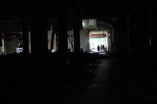 Nhiều người tìm cách vào trong Thương xá Tax để tận mắt chứng kiến, chụp ảnh lưu lại những hình ảnh cuối cùng trước khi cả tòa nhà này bị đập phá.