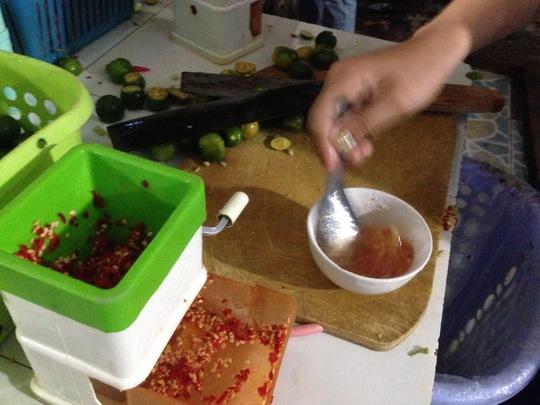 Làm nước chấm muối ớt chanh rất công phu. Ảnh: P.Nhi