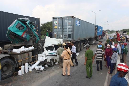 Các phương tiện dính chùm vào nhau sau vụ tai nạn