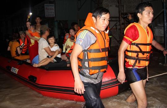 Hàng chục người tại Tân Uyên được di tản khỏi nước lũ của trận ngập lịch sử đêm 26-9