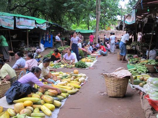 Một khu chợ trời ở thị trấn Nyaung-U