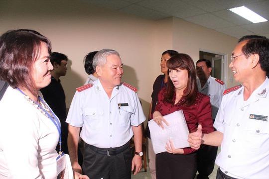 Tổng Thanh tra Chính phủ Phan Văn Sáu (thứ 2 từ trái sang) trao đổi với người dân khiếu nại