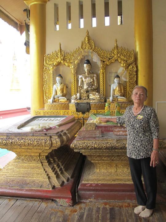 Bên trong chùa Sule