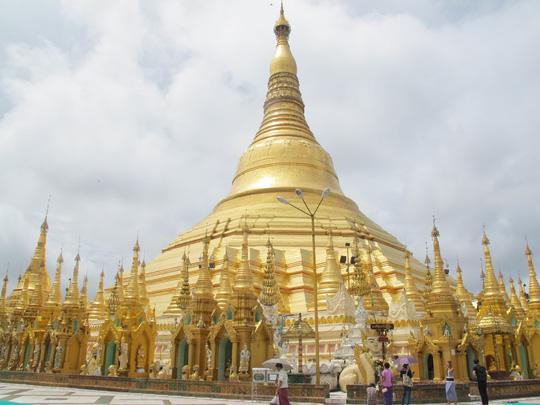 Chùa vàng Shwedagon nơi lưu giữ những báo vật của đức Phật, đỉnh chùa gắng hàng hàng viên kim cương, hồng ngọc