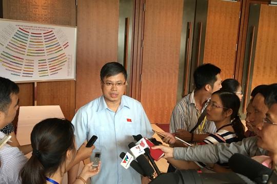 ĐB Nguyễn Sỹ Cương trả lời báo chí bên hành lang QH sáng nay 20-10-Ảnh: Văn Duẩn