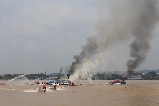 Tình huống đặt ra là có cả vụ cháy nổ do đụng độ tàu trên sông