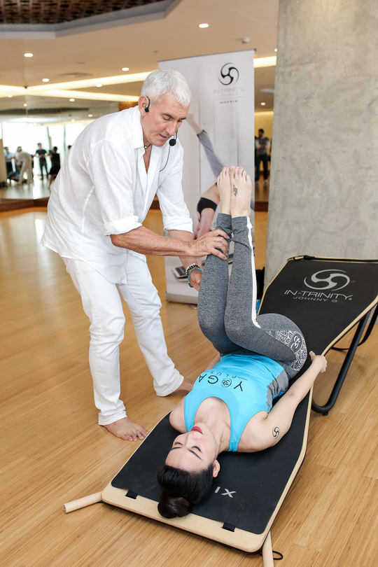 Ông Johnny G hướng dẫn Hoa hậu Nguyễn Thu Thủy tâp Yoga Plus