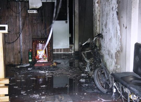 Chiếc xe máy cháy trơ khung cùng nhiều tài sản bị thiêu rụi