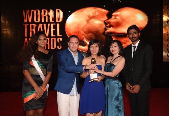 Đại diện Khu nghỉ dưỡng InterContinental Danang Sun Peninsula Resort nhận giải thưởng danh giá