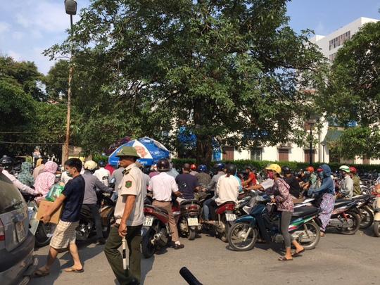 Bãi gửi xe cho khách tại BV Bạch Mai chuẩn bị đóng cửa để phục vụ công tác xây dựng, cải tạo BV