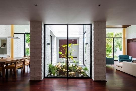 Các không gian khác như phòng tắm, nhà kho, lối đi được xếp dưới phần mái nhà có phủ cây. Đó là nơi chiều cao trần nhà bị giới hạn bởi các lớp đất sâu cho cây trên mái nhà.