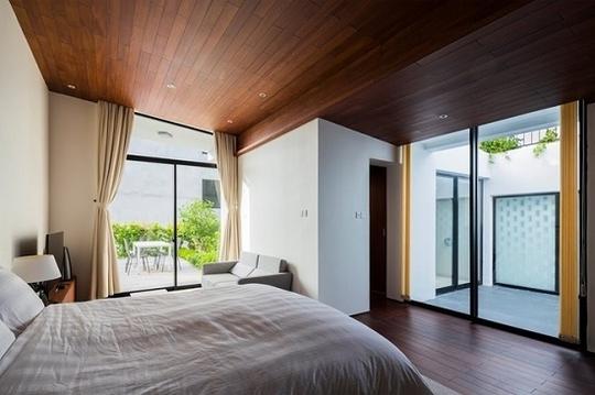 Ngôi nhà được thiết kế thống nhất từ kiến trúc tới nội thất, đều mang phong cách tối giản. Ngoài ra, công trình cũng thể hiện rõ nét dấu ấn của chuỗi dự án Nhà cho cây của KTS Võ Trọng Nghĩa cùng các cộng sự.