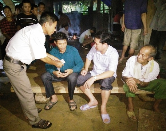 Ông Lê Sỹ Nghiêm, Chủ tịch UBND huyện Như Xuân (thứ 2 từ phải qua), đang thăm hỏi động viên ông Lương Văn Loan, gia đình có con trai đã chết và vợ đang mất tích