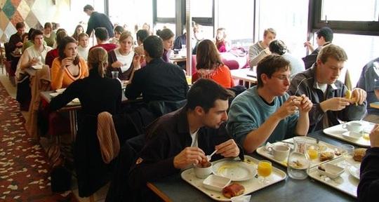 Sinh viên ăn trưa tại Pháp (Ảnh: http://etudiantdeparis.fr)